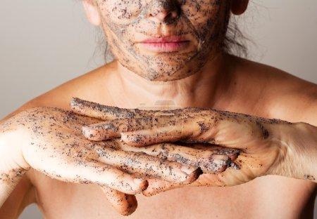Foto de Mujer madura haciendo máscara cosmética de crema agria, café. - Imagen libre de derechos