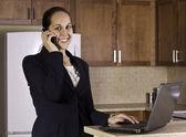 Podnikání žena pracující z její kuchyně