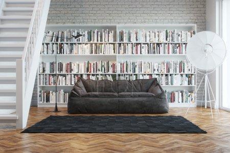 Photo pour Intérieur de la maison de ville avec des livres disposés en bibliothèque - image libre de droit