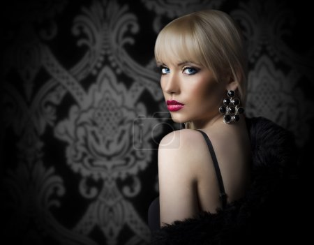 Photo pour Portrait de la belle femme en manteau de fourrure de luxe - image libre de droit