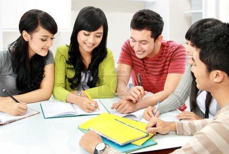 Photo pour Groupe d'étudiants asiatiques étudient ensemble à la maison - image libre de droit
