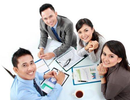 Photo pour Portrait des dirigeants de groupe rencontre autour d'une table avec beaucoup de paperasse - image libre de droit