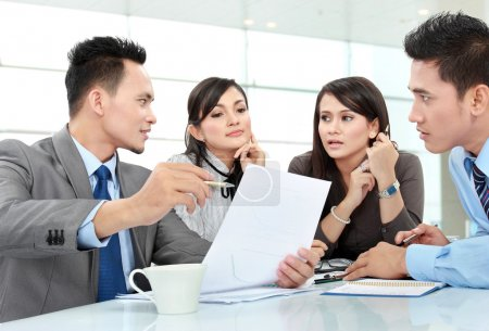 Foto de Hombre de negocios y reunión en la oficina discutiendo algo mujer - Imagen libre de derechos