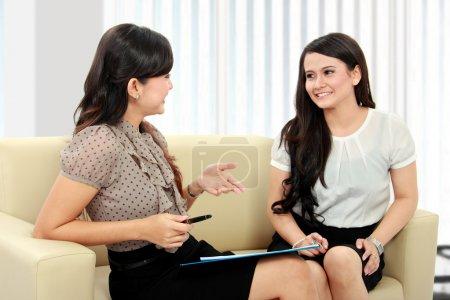 Photo pour Employé de bureau de deux belle femme d'affaires discutant au bureau - image libre de droit