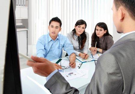 Photo pour Présentation de l'équipe d'affaires au bureau à l'aide du tableau blanc - image libre de droit