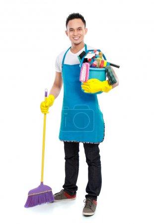 Photo pour Portrait complet de l'homme avec équipement de nettoyage isolé sur fond blanc - image libre de droit