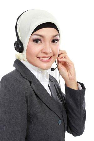 Photo pour Portrait rapproché de jeune belle femme d'affaires musulmane tout en appelant isolé sur fond blanc - image libre de droit