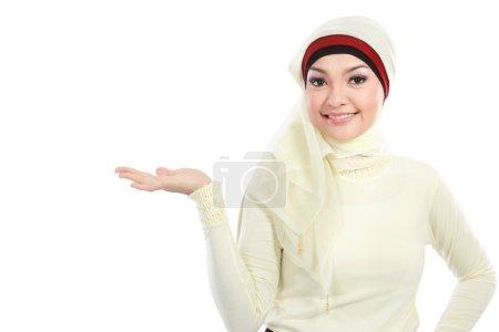 Photo pour Jeune femme musulmane dans le foulard de tête présentant isolé sur fond blanc - image libre de droit