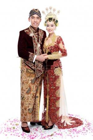 Photo pour Java traditionnel mariage couple époux tenir l'autre isolé sur fond blanc - image libre de droit