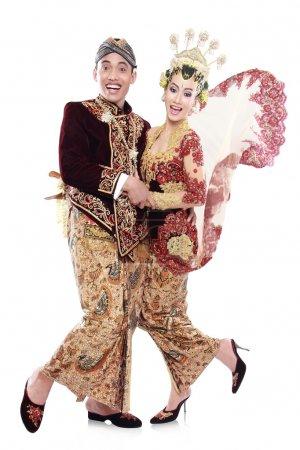 Photo pour Portrait des époux de couple mariage heureux java traditionnel isolé sur fond blanc - image libre de droit