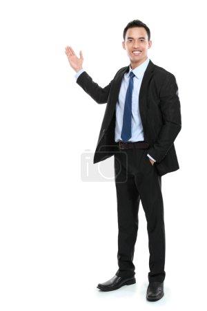 Photo pour Joyeux homme d'affaires donnant une présentation sur l'espace de copie. isolé sur fond blanc - image libre de droit
