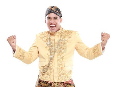 Photo pour Heureux d'un homme portant traditionnelles de java isolé sur fond blanc - image libre de droit