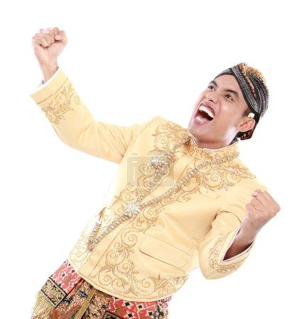 Photo pour Homme excité portant traditionnelles de java célèbre succès isolé sur fond blanc - image libre de droit