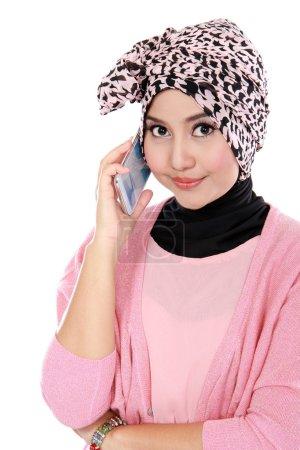 Photo pour Portrait d'une femme musulmane asiatique parlant sur le téléphone cellulaire isolé sur fond blanc - image libre de droit