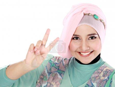 Photo pour Heureux jeune femme écharpe tête faisant un signe de paix isolé sur fond blanc - image libre de droit