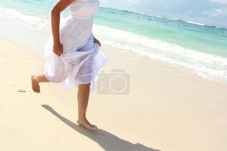 Frauenfuß beim Laufen am Strand