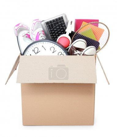 Photo pour Carton plein de trucs prêt pour le déplacement de jour isolé sur fond blanc - image libre de droit