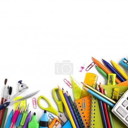Photo pour Fournitures scolaires sur fond blanc prêtes pour votre conception - image libre de droit