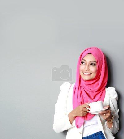 Photo pour Portrait de jeune femme pensante ayant une tasse de thé - image libre de droit