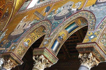 Photo pour Décoration mosaïques dans les intérieurs de la cathédrale de Monreale en Sicile - image libre de droit