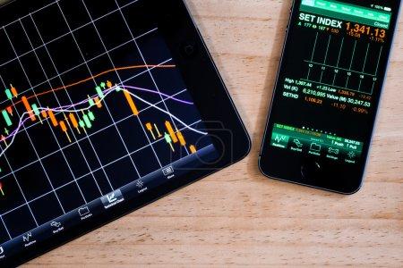 Photo pour Vue macro du marché boursier application sur smartphone à écran tactile - image libre de droit