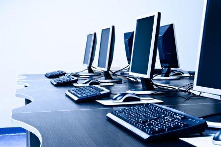 Photo pour Salle de travail avec ordinateurs en rangée - image libre de droit
