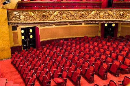 Photo pour Chaises dans la salle de spectacles de théâtre classique - image libre de droit
