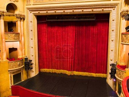 Photo pour Théâtre classique élégante scène avec des rideaux de velours du balcon - image libre de droit