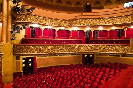 Photo pour Chaises et balcon dans la salle de spectacles de théâtre classique - image libre de droit