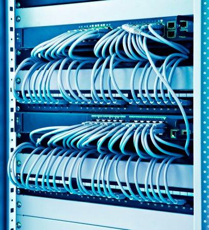 Photo pour Panier de réseau avec les commutateurs de câbles et patch - image libre de droit