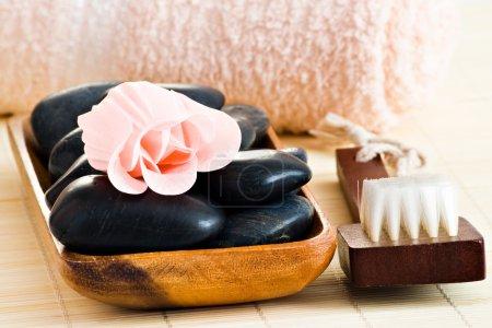 Photo pour Produits de spa, y compris les pierres de massage savon rose fleur et serviette - image libre de droit