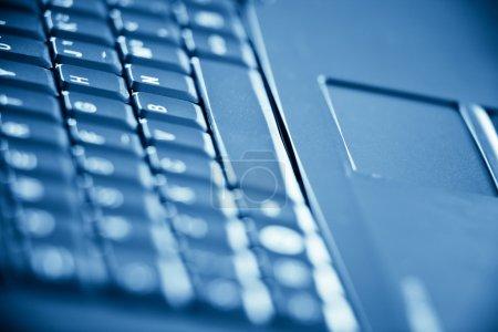 Photo pour Clavier sur ordinateur portable tonique bleu ordinateur - image libre de droit