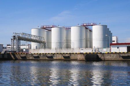 Photo pour Réservoirs blancs pour l'essence et le pétrole dans la zone industrielle - image libre de droit