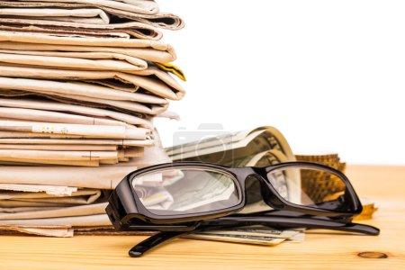 Photo pour Pile de journaux et de lunettes de lecture - image libre de droit