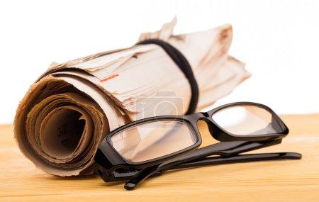 Photo pour Rôle des journaux et des lunettes de lecture - image libre de droit