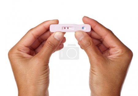 Photo pour Une femme enceinte tient le résultat de son test de grossesse debout . - image libre de droit
