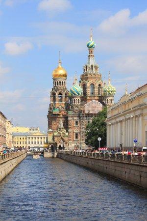 Photo pour Église déversé canal Griboïedov et de sang à Saint-Pétersbourg, Russie. Cette église a été construite sur l'emplacement où le tsar Alexandre ii est assassiné et a été dédié à sa mémoire. - image libre de droit