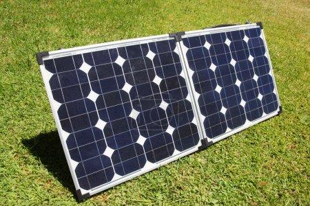 Foto de Un conjunto de paneles de solar portátiles utilizado para acampar. - Imagen libre de derechos