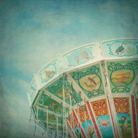 Photo pour Gros plan d'un carrousel coloré avec fond bleu ciel, avec édition de texture de style vintage - image libre de droit