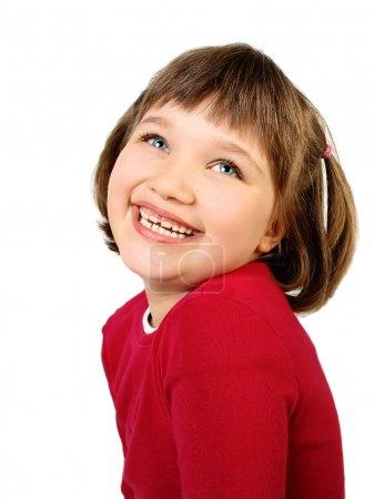 Photo pour Petite fille aux yeux bleus et mignonne vêtue de rouge, dans un portrait de studio haut de gamme isolé sur blanc - image libre de droit