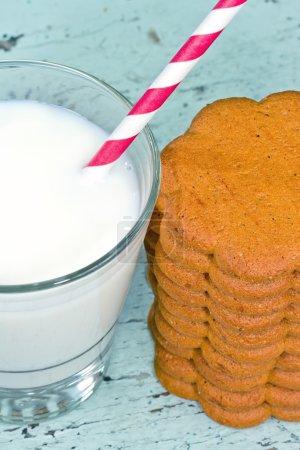 Photo pour Christamas cadre avec des biscuits et de lait sur un fond de chic minable rustique - image libre de droit