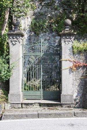 Photo pour Portail en fer forgé dans une villa italienne - image libre de droit