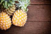 Ananas na dřevěný stůl