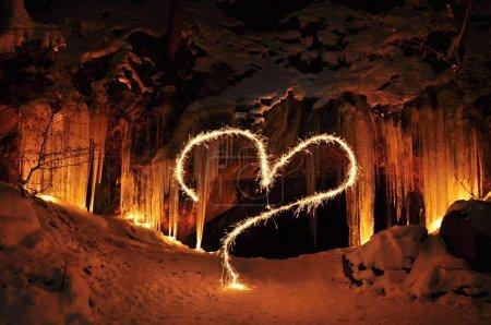 Photo pour L'entrée vers le centre de la grotte et valentine glace - image libre de droit