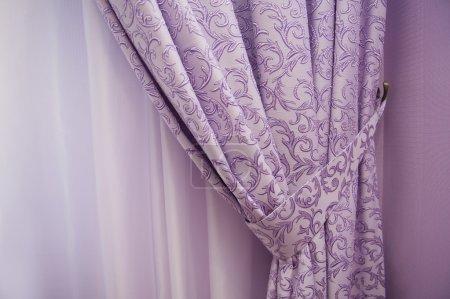 Photo pour Fenêtre de balcon avec rideaux violets - image libre de droit