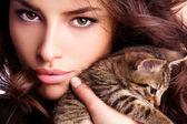 jeune beauté avec chaton