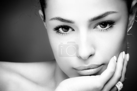 Photo pour Belle jeune femme visage, gros plan, noir et blanc - image libre de droit