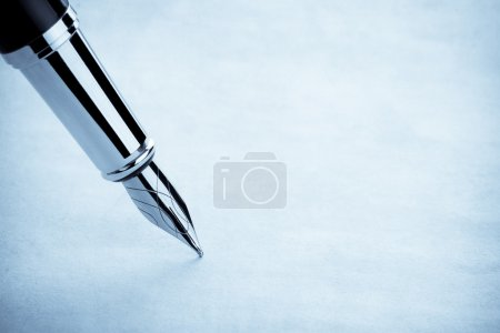 Photo pour Encre stylo et fond de parchemin - image libre de droit