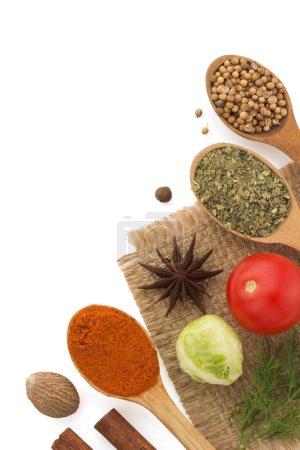 ingrédients alimentaires et épices isolés sur fond blanc