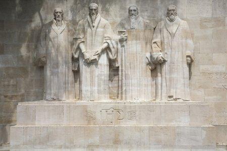 Photo pour Les quatre réformistes commémoré sur un mur dans le parc des bastions à Genève, Suisse. représentés sont Guillaume farel, Jean calvin, Théodore de Bèze et john knox. ces statues sont plus de 15 pieds de hauteur chacun. - image libre de droit